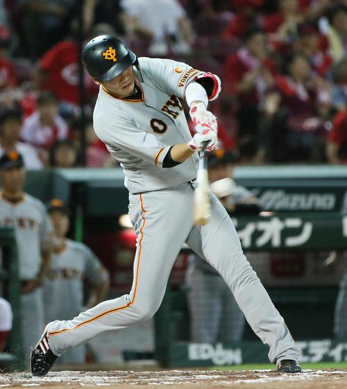 7回表巨人無死一塁、坂本勇は左中間へ勝ち越し適時二塁打を放つ(撮影・栗木一考)