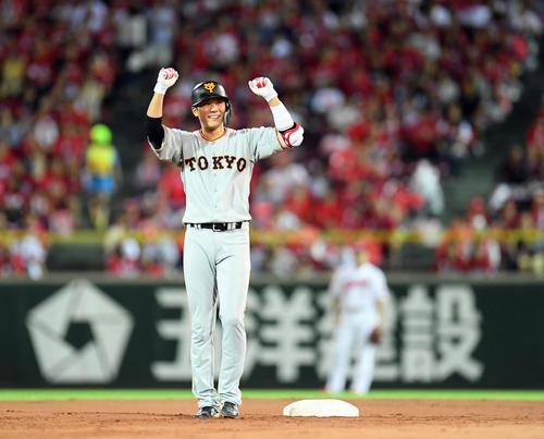 広島対巨人 7回表巨人無死一塁、中前に勝ち越しの適時打二塁打を放ちポーズを決める坂本勇(撮影・たえ見朱実)