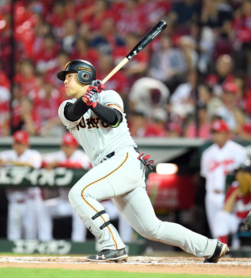 広島対巨人 7回表巨人1死三塁、左前に適時打を放つ岡本(撮影・たえ見朱実)
