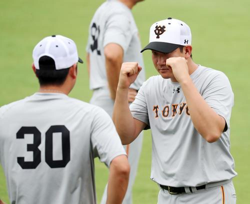 広島対巨人 試合前練習中、巨人菅野(右)は宮国にファイティングポーズをとる(撮影・垰建太)