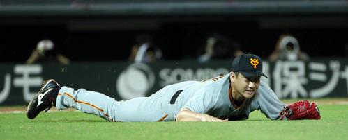 8回裏広島無死、代打メヒアの打球を一塁へ送球する際、転ぶ菅野(撮影・栗木一考)