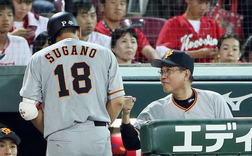 8回表巨人1死二、三塁、遊ゴロで打点をあげた菅野(左)を出迎える原監督(撮影・栗木一考)