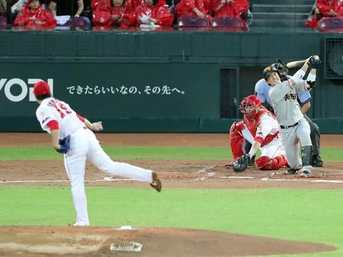 広島対巨人 2回表巨人2死一塁、空振り三振に倒れる小林。投手野村(撮影・垰建太)