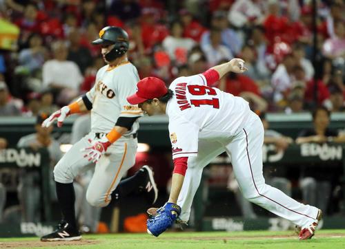 4回表巨人1死一、三塁、菅野の打球を本塁へグラブトスする野村。左は三塁走者ゲレーロ(撮影・栗木一考)