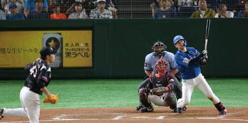 日本ハム対ロッテ 6回裏日本ハム2死一、二塁、左へ適時二塁打を放つ清水(撮影・井上学)