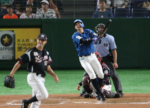 日本ハム対ロッテ 7回裏日本ハム2死、右越え本塁打を放つ大田(撮影・井上学)