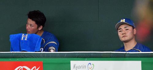 日本ハム対ロッテ 3回、交代しベンチで汗をぬぐう日本ハム吉田輝(左)。右は清宮(撮影・滝沢徹郎)
