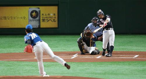 日本ハム対ロッテ 1回表ロッテ無死、左越え本塁打を放つ荻野。投手吉田輝(撮影・井上学)