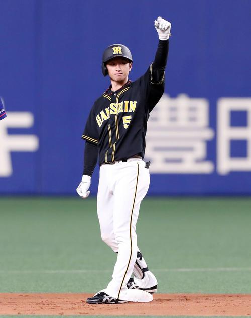 中日対阪神 5回表阪神2死一塁、近本は中越え適時二塁打を放つ(撮影・加藤哉)