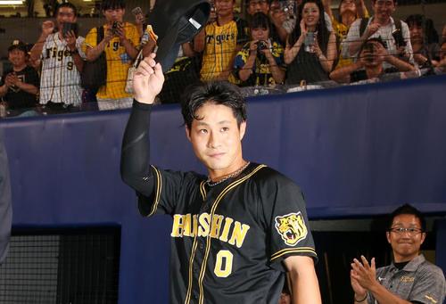中日対阪神 ヒーローインタビューでスタンドのファンに手を振る木浪(撮影・加藤哉)