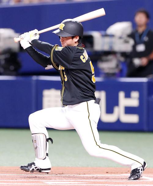 中日対阪神 1回表阪神無死、近本は左越え二塁打を放つ(撮影・加藤哉)