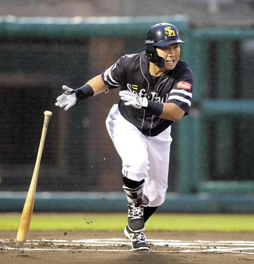 楽天対ソフトバンク 1回表ソフトバンク無死二塁、中村晃は右に先制適時三塁打を放つ(撮影・浅見桂子)