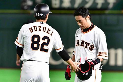 巨人対阪神 3回裏巨人1死一塁、亀井は二ゴロ併殺打に倒れる。左は鈴木一塁コーチ(撮影・小沢裕)