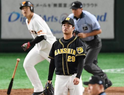 巨人対阪神 4回裏巨人1死一塁、岡本に右越え2点本塁打を浴び肩を落とす高橋遥(撮影・横山健太)