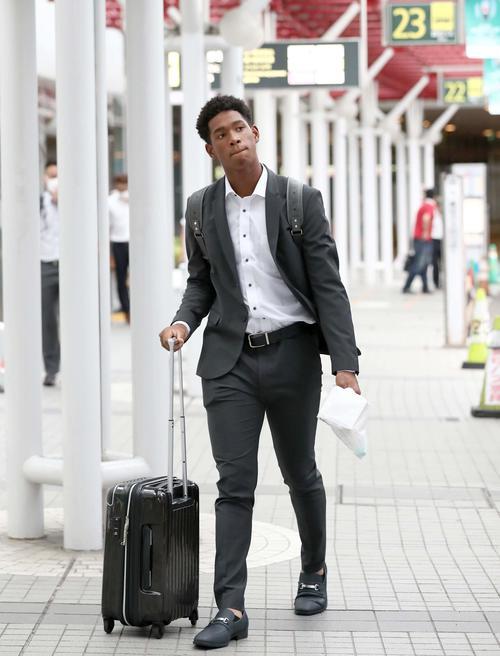 新千歳空港に到着した日本ハム万波(撮影・黒川智章)