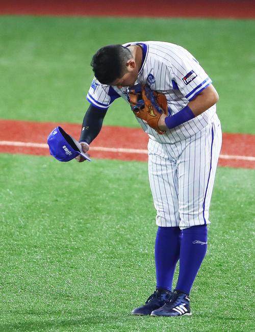 DeNA対広島 2回に通算200号本塁打を放ったDeNA筒香は、守備に就く際スタンドの声援に一礼する(撮影・足立雅史)