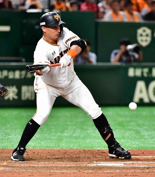 巨人対阪神 6回裏巨人無死一、二塁、ゲレーロは補前に送りバントを決める(撮影・小沢裕)