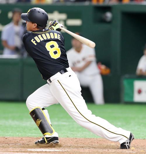 8回表阪神1死、福留は右越え本塁打を放つ(撮影・加藤哉)
