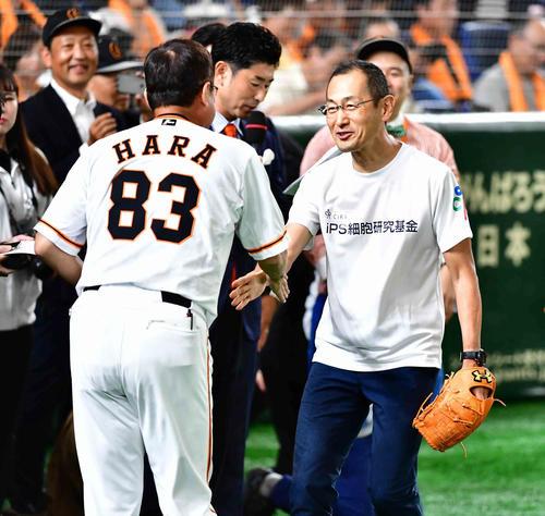 巨人対阪神戦で始球式を行った京大教授の山中氏(右)は巨人原監督と握手する(撮影・小沢裕)