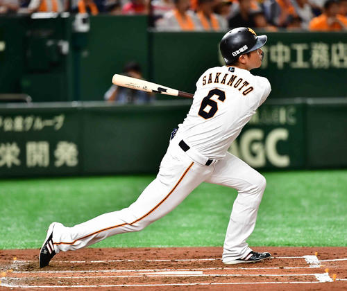 巨人対阪神 1回裏巨人1死、坂本勇は左越えに先制ソロ本塁打を放つ(撮影・小沢裕)