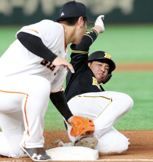 5回表阪神2死二塁、二走梅野は打者北條のとき三塁盗塁を決める(撮影・加藤哉)