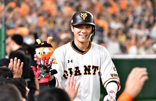巨人対阪神 1回裏巨人1死、坂本勇は先制本塁打を放ち、ナインの祝福に笑顔をみせる(撮影・小沢裕)