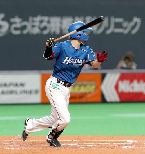 日本ハム対楽天 2回裏日本ハム1死一、三塁、西川は左前適時打を放つ(撮影・佐藤翔太)
