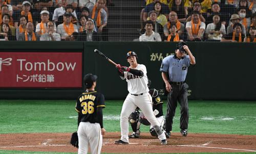 巨人対阪神 5回裏巨人2死、岡本は中越えソロ本塁打を放つ。投手浜地(撮影・山崎安昭)