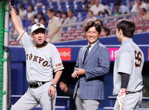 中日対巨人 試合前、巨人原監督(左)は高橋氏(中央)と山本と談笑する(撮影・垰建太)