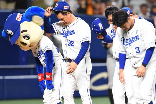 中日対巨人 試合終了、ファンに一礼する与田剛監督(撮影・森本幸一)