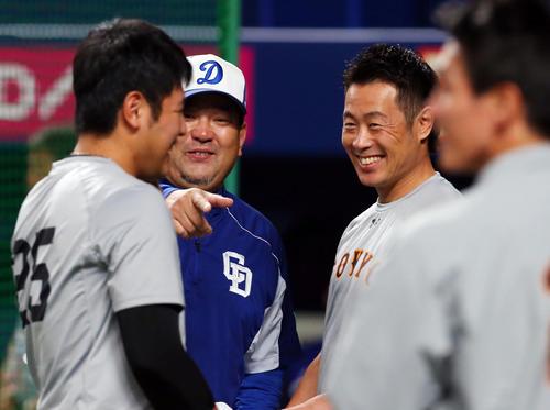 中日対巨人 試合前、中日伊東コーチ(中央)と談笑する巨人亀井(右)と岡本(撮影・垰建太)
