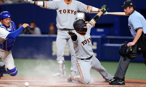中日対巨人 1回表巨人1死一、三塁、岡本が一、二塁間で挟まれている間本塁に滑り込む丸(撮影・垰建太)
