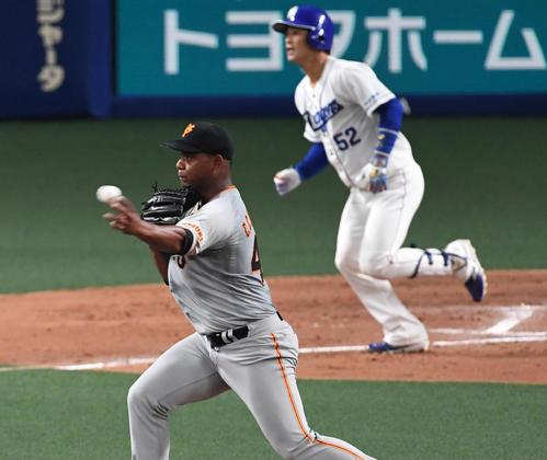 中日対巨人 4回裏中日1死一塁、加藤の投直を捕球したメルセデスは一塁に送球し併殺にする(撮影・前岡正明)