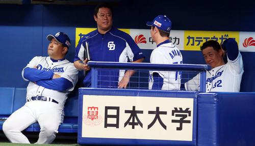 中日対巨人 5回表、こう着状態の展開にベンチで頭をかく中日与田監督(右端)(撮影・垰建太)