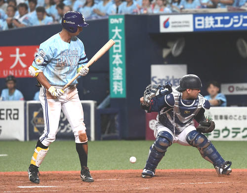 ソフトバンク対西武 4回裏ソフトバンク2死三塁、打者福田の時、松本航が暴投で失点する、捕手森(撮影・奥田泰也)