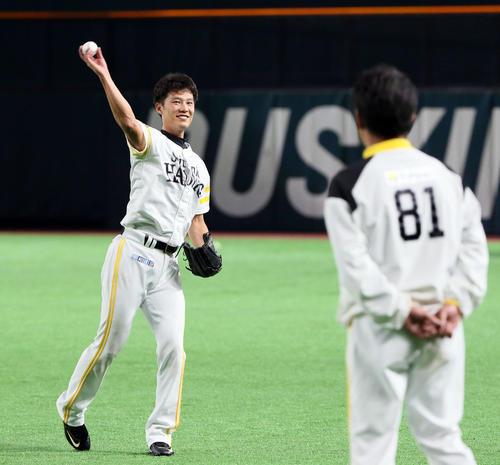 工藤監督(右)の前でキャッチボールする岩崎(撮影・栗木一考)