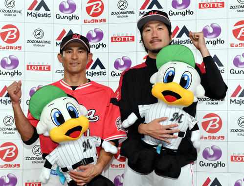 ロッテ対楽天 試合後、お立ち台でポーズを決めるロッテ荻野(左)と石川(撮影・滝沢徹郎)