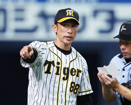 阪神対DeNA 6回表DeNA2死一、二塁、選手交代を告げる矢野監督(撮影・前田充)