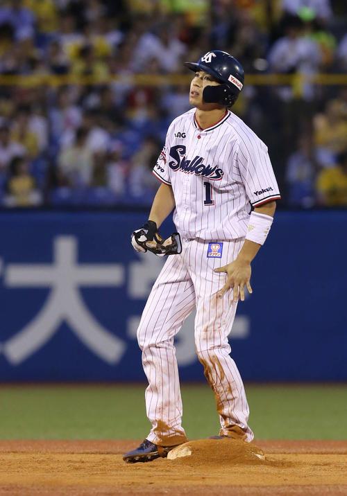 ヤクルト対阪神 1回裏ヤクルト2死一塁、二盗を決める山田哲。連続盗塁成功を「33」に伸ばした(撮影・河野匠)