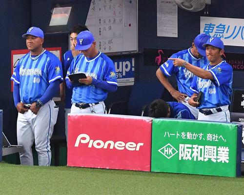 8回裏阪神無死二、三塁、高山に申告敬遠をするラミレス監督(左)(撮影・上田博志)