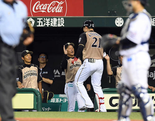 西武対日本ハム 6回表日本ハム1死一塁、右越えに5号2点本塁打を放った清宮を羽化得る栗山監督(撮影・たえ見朱実)