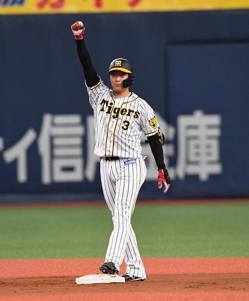 8回裏阪神無死一、二塁、大山は中越え適時二塁打を放ちガッツポーズ(撮影・奥田泰也)