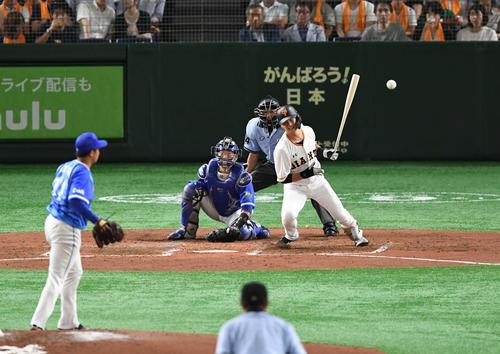 巨人対DeNA 3回裏巨人1死一塁、代打石川は遊ゴロで併殺を招く。投手東(撮影・山崎安昭)