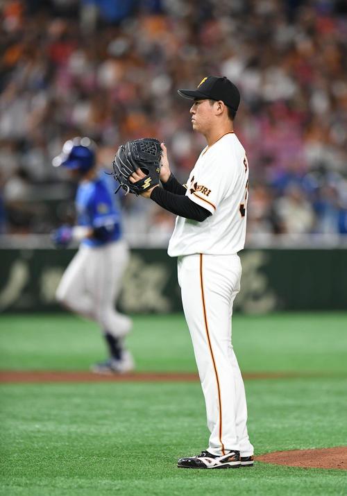 1回表DeNA2死一、二塁、ソトに3点本塁打を浴びて肩を落とす巨人先発の桜井(撮影・加藤諒)