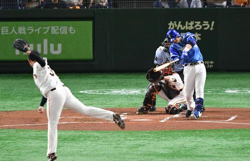 巨人対DeNA 1回表DeNA2死一、二塁、ソトは左越え3点本塁打を放つ。投手桜井(撮影・山崎安昭)