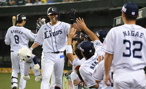 西武対楽天 4回裏西武無死一塁、中越え2点本塁打を放った木村はナインと笑顔でハイタッチ(撮影・鈴木みどり)