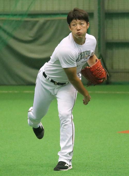 室内練習場でキャッチボールをする日本ハム吉田輝(撮影・山崎純一)