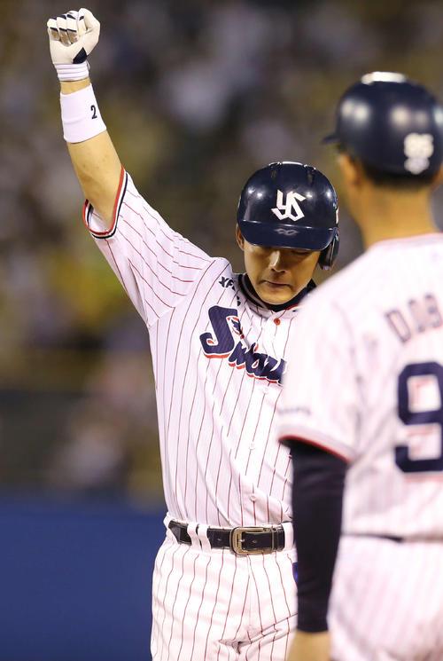 ヤクルト対阪神 3回裏ヤクルト1死一塁、左前打を放ちプロ通算1000安打を達成した大引はガッツポーズを見せる(撮影・河野匠)