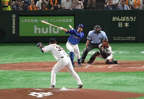 巨人対DeNA 2回表DeNA2死三塁、梶谷は右越え2点本塁打を放つ。投手桜井(撮影・山崎安昭)