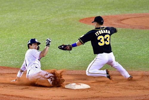 ヤクルト対阪神 1回裏ヤクルト2死一塁、一塁走者の山田哲は二盗を決める。右は糸原(撮影・小沢裕)